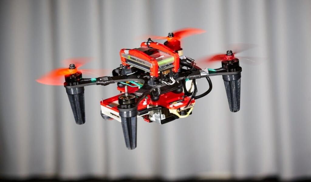 Een quadcopter, een drone met vier propellers.  (beeld universiteit van zürich / Leonard Bauersfeld)