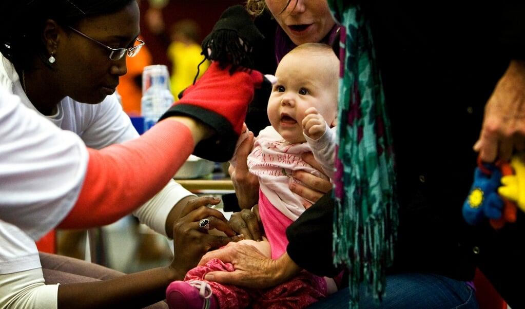 'Ik ben wel veel meer vragen gaan stellen sinds de Mexicaanse griep-vaccinatie.' Op de foto: duizenden kinderen kwamen in 2009 bijeen in de Amsterdamse RAI om een injectie te halen tegen de Mexicaanse griep.   (beeld anp / Koen van Weel)