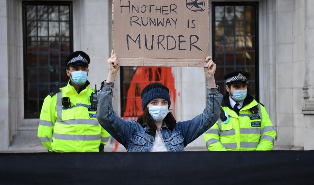 Protest bij het hooggerechtshof in Londen afgelopen december, tegen de uitspraak dat vliegveld Heathrow toch een derde baan mocht openen, nadat rechters dit eerder hadden tegengehouden vanwege klimaateffecten.   (beeld afp)