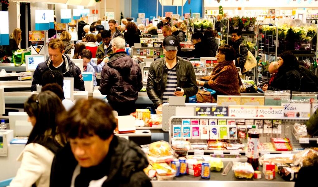Winkelend publiek in supermarkt Albert Heijn tijdens het laatste weekend voor kerst.  (beeld anp / Robin Utrecht)