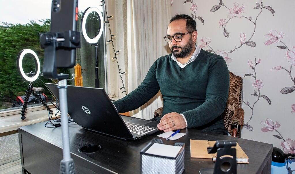 Amer Alomari had al een Facebookpagina waar hij nieuwkomers laat kennismaken met autoriteiten in Nederland. Nu praat hij zijn volgers bij over corona.  (beeld Guus Dubbelman)