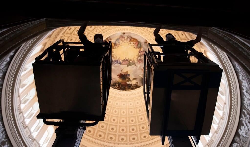 De 'Rotunda', het hart van het Capitool, wordt klaargemaakt voor de inauguratie van Joe Biden, volgende week woensdag.  (beeld epa / Michael Reynolds)