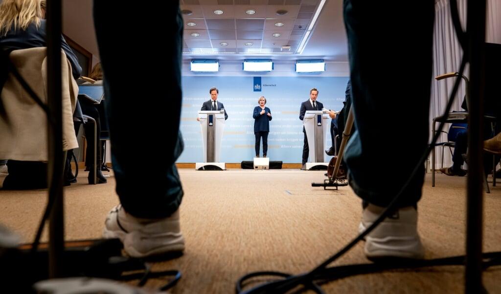 Premier Mark Rutte en minister Hugo de Jonge (Volksgezondheid, Welzijn en Sport) geven tijdens een persconferentie een toelichting op de coronamaatregelen in Nederland.  (beeld anp / Bart Maat)