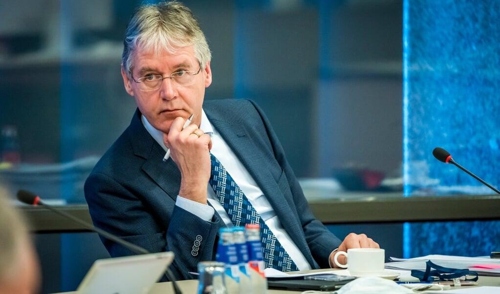Minister Arie Slob van onderwijs in de Tweede Kamer tijdens een notaoverleg over het onderwijs en het coronavirus.  (beeld anp / lex van Lieshout)
