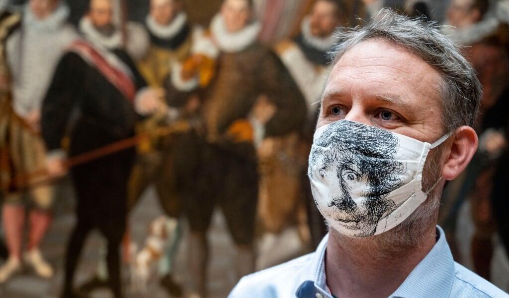 Bezoeker in het Rijksmuseum.  (beeld anp / Evert Elzinga)