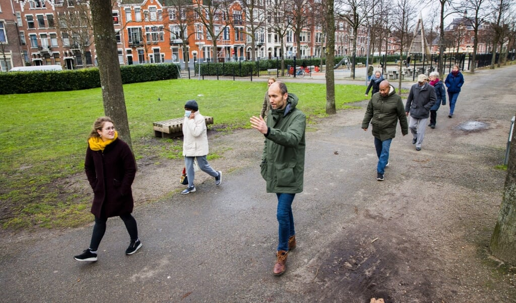 De Rotterdamse huisarts Matthijs van der Poel op pad met zijn patiënten.   (beeld Arie Kievit)