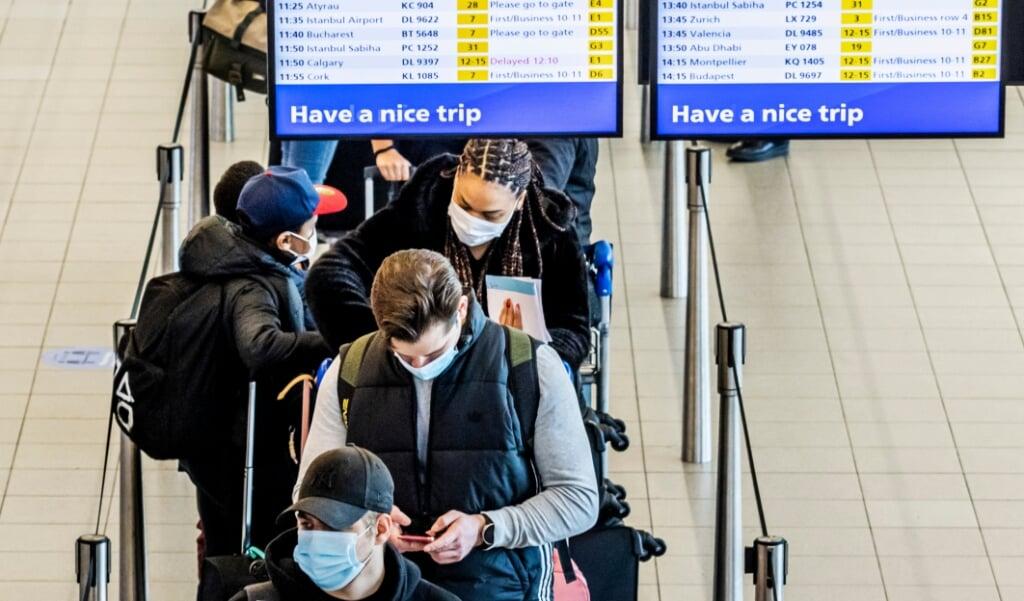 Sinds vorige week moet iedereen die terugkeert naar Nederland een negatieve uitslag laten zien, die niet ouder is dan 72 uur. Maar volgens de rechter is er geen wettelijke basis om iemand te dwingen een test te laten doen.  (beeld anp / Remko de Waal)