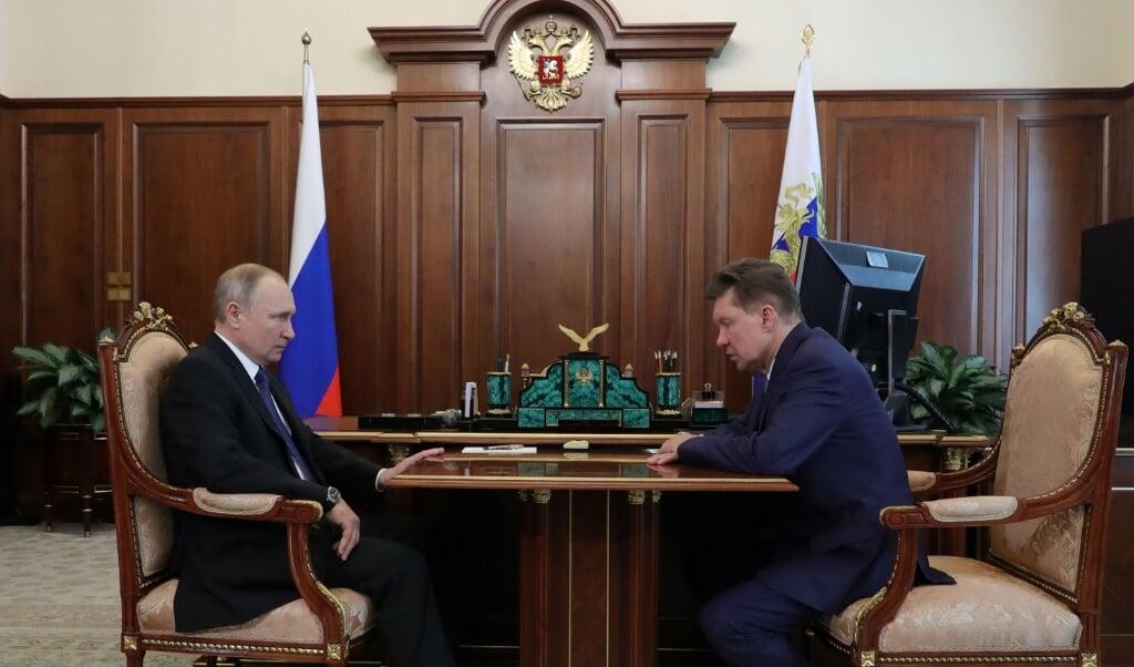 De Russische president Vladimir Putin in overleg met Gazpromdirecteur Alexei Miller. 2020 was een recordjaar voor de Russische gasexport naar Europa via Nord Stream 1.  (beeld epa / Michael Klimentyev)