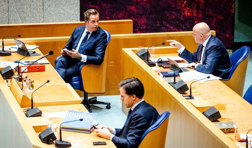 Minister Hugo de Jonge, premier Mark Rutte en minister Ferd Grapperhaus (v.l.n.r.) donderdag in de Tweede Kamer tijdens het coronadebat, dat vooral ging over de invoering van een avondklok.  (beeld anp / Sem van der Wal)