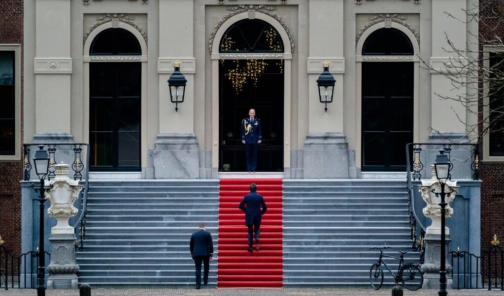 Demissionair Premier Mark Rutte arriveert op de fiets onderweg bij Paleis Huis ten Bosch om het ontslag aan te bieden van zijn kabinet aan Koning Willem-Alexander. Het kabinet besloot op te stappen na het vernietigende rapport over de toeslagenaffaire.   (beeld anp / Bart Maat)