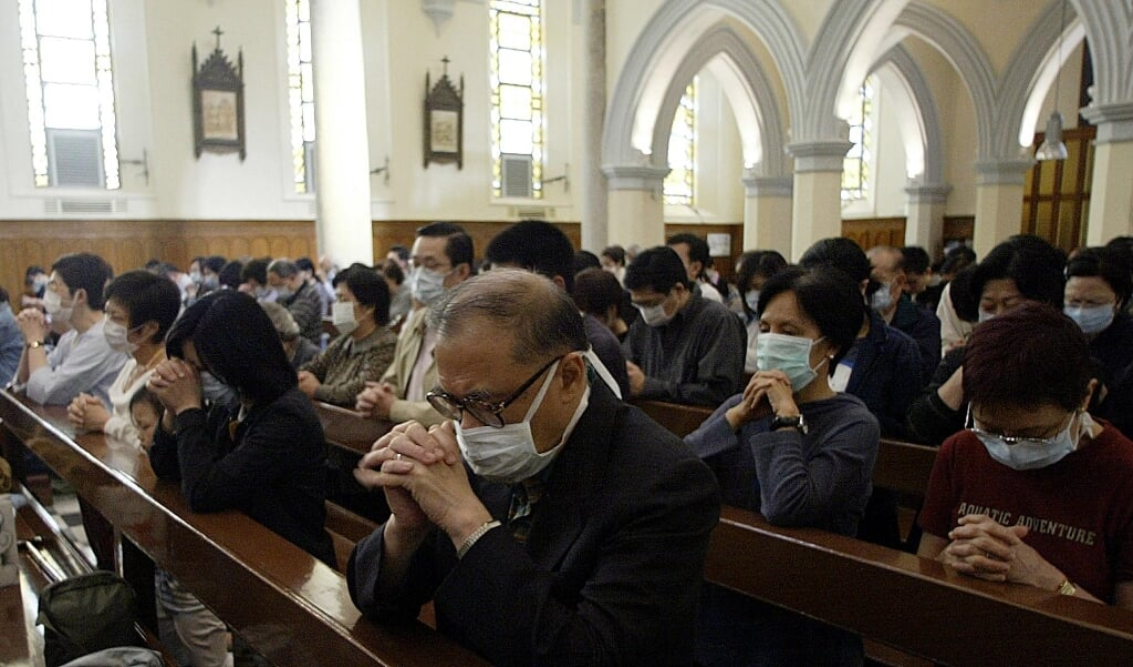 Rooms-katholieke gelovigen in de kathedraal van Hong-Kong.  (beeld afp / Peter Parks)