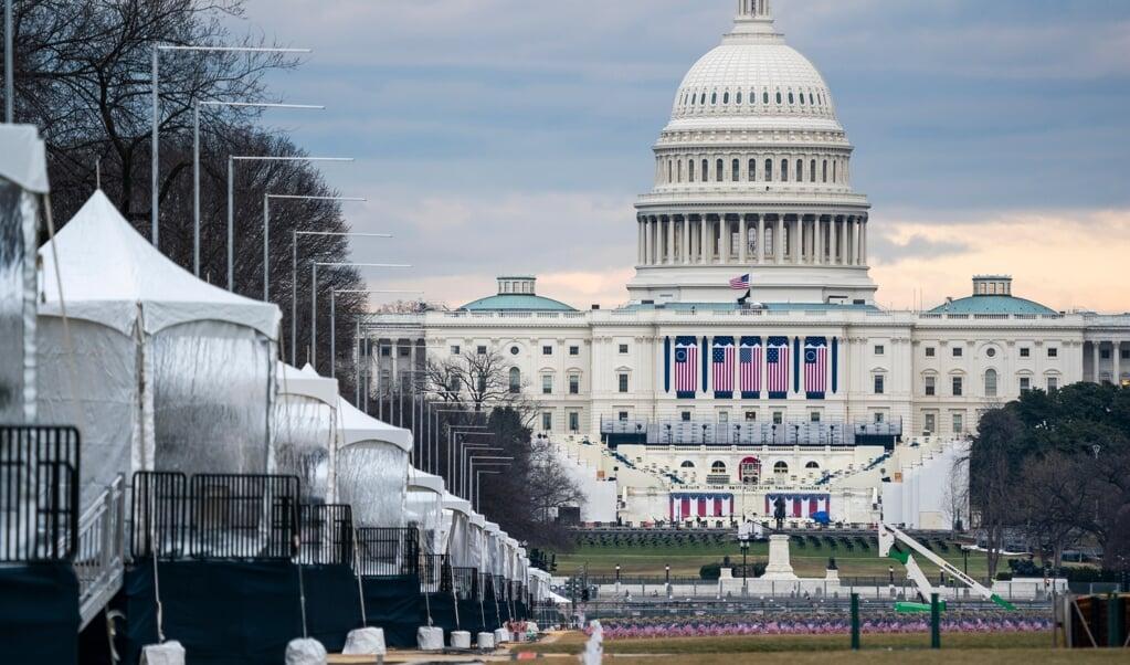 Het Capitool en omgeving worden klaargemaakt voor de inauguratie van Joe Biden als president. Biden wil woensdag ook een toespraak houden, met een oproep tot eenheid.  (beeld epa / Jim lo Scalzo)