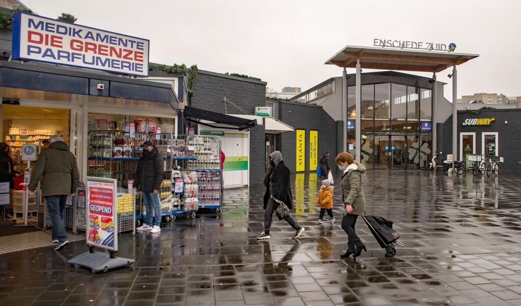 Het winkelend publiek kan vanwege de lockdown alleen in essentiële winkels terecht, zoals hier in winkelcentrum Enschede-Zuid.  (beeld Hans-Lukas Zuurman)