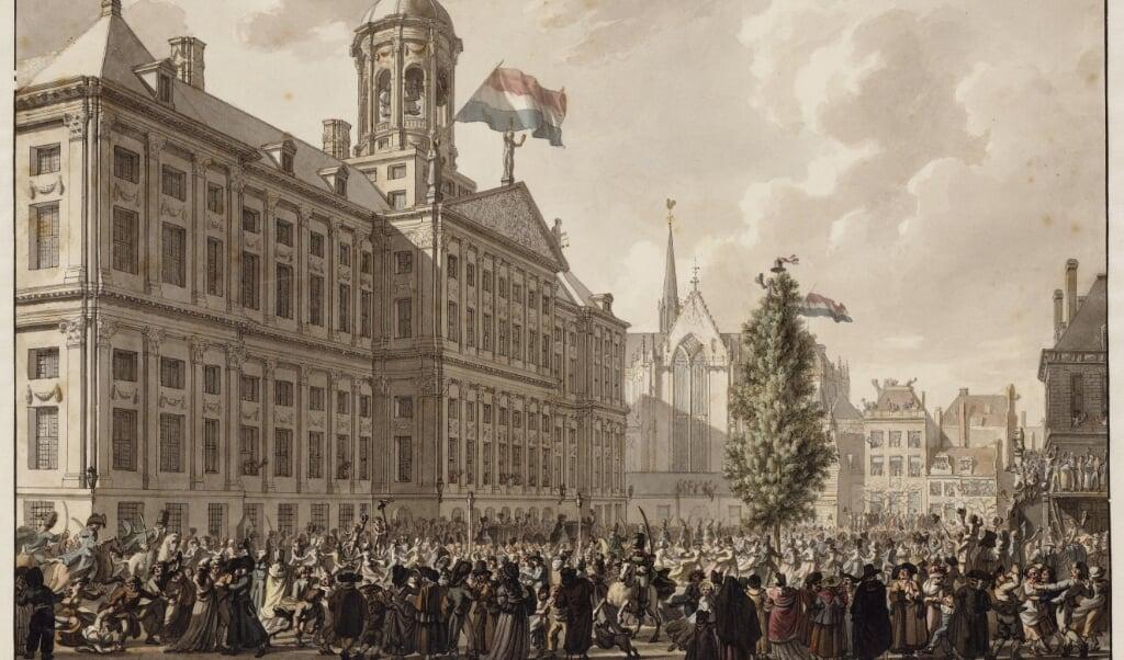 Op De Dam in Amsterdam wordt een Vrijheidsboom opgetrokken.  (beeld stadsarchief Amsterdam / Jurriaan Andriessen (1742-1819))