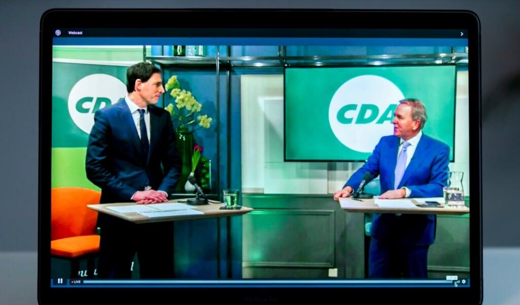 Lijsttrekker Wopke Hoekstra en partijvoorzitter Rutger Ploum tijdens het digitale CDA-verkiezingscongres, gezien op een beeldscherm.   (beeld anp / Remko de Waal)