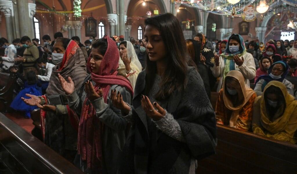 Pakistaanse christenen in de katholieke Heilig Hart-kathedraal van Lahore.  (beeld afp)