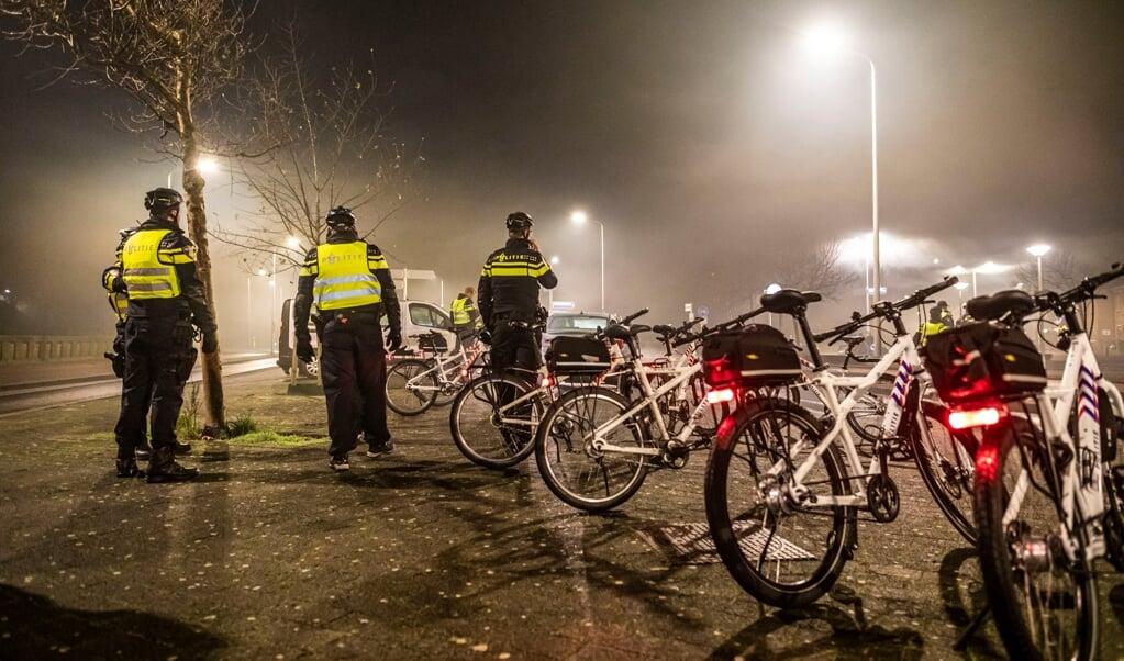 De politie controleert het vuurwerkverbod in Scheveningen. Om extra druk op de zorg te voorkomen, was het verboden om vuurwerk af te steken.  (beeld anp / Remco Koers)