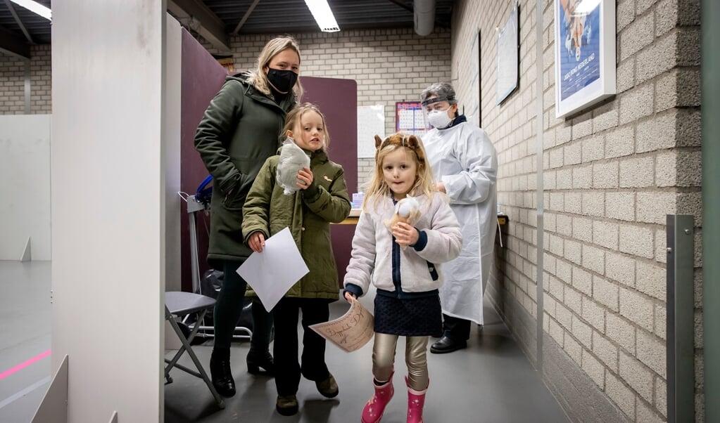 Twee meisjes uit de gemeente Lansingerland krijgen een oorkonde en een knuffel na te zijn getest op het coronavirus. Na een uitbraak van de Britse variant in Bergschenhoek, worden alle inwoners van de regio opgeroepen zich te laten testen.  (beeld anp / Koen van Weel)