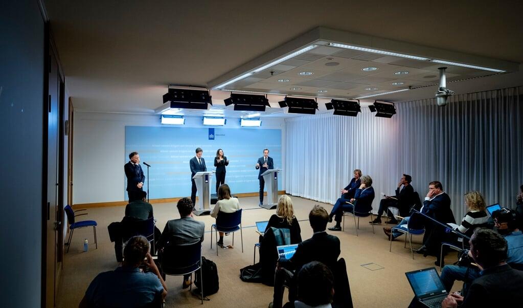 Mark Rutte en minister Hugo de Jonge kondigden woensdag een set nieuwe maatregelen aan.  (beeld anp / Bart Maat)