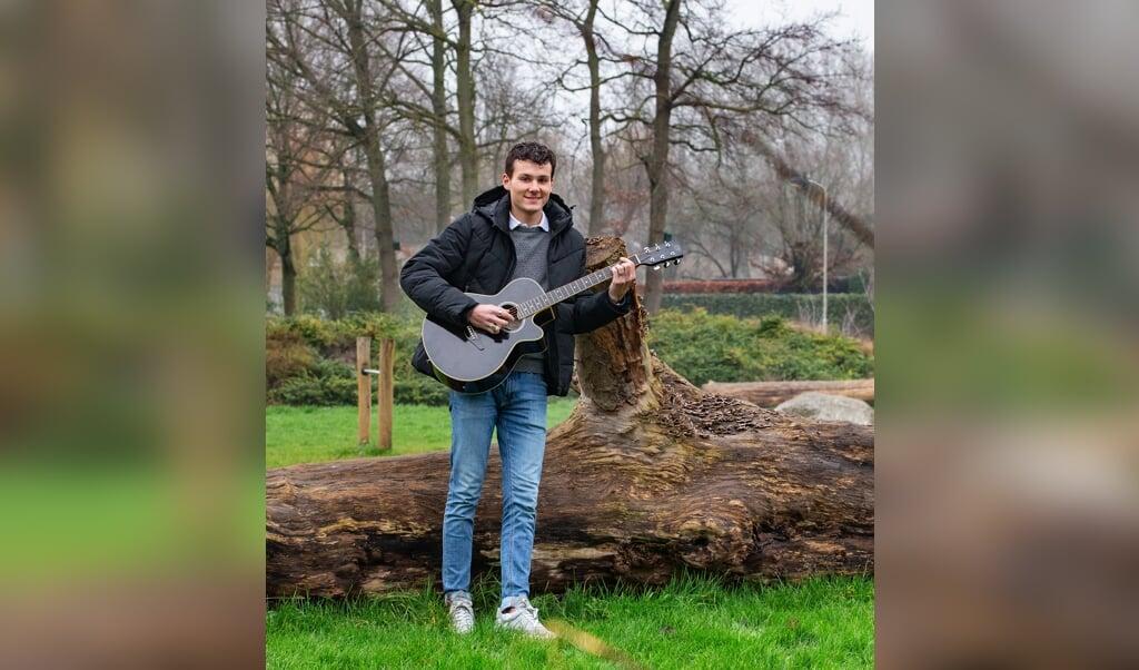 Thijs de Kraker (17) is scholier en speelt gitaar, onder meer in de kerk.   (beeld Dirk Hol)