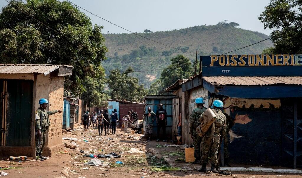 In het noorden van Bangui patrouilleren blauwhelmen in een gebied waar 's ochtends honderden rebellen de stad aanvielen.   (beeld epa / Adrienne Surprenant)