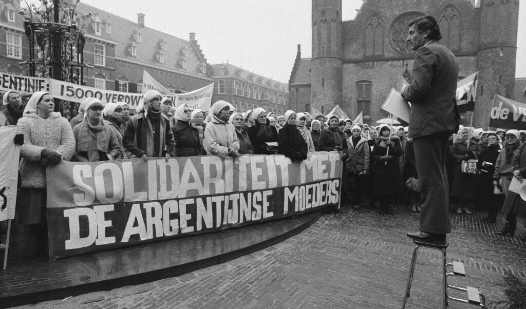 Lubbers balanceert op een wankel keukentrapje op het Haagse Binnenhof   (beeld nd)