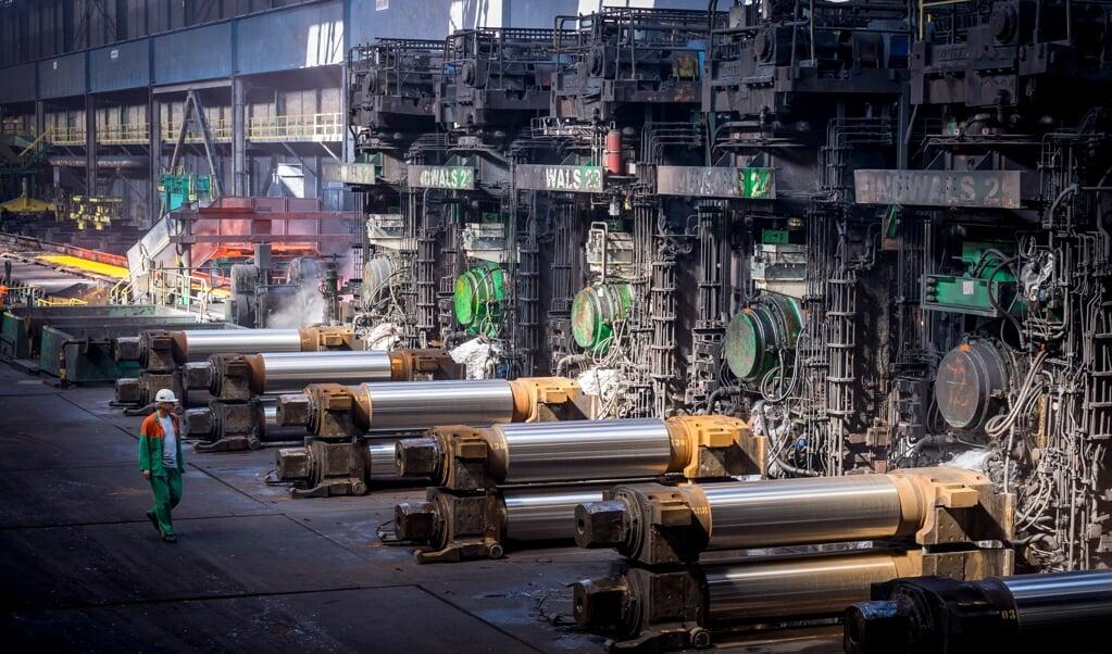 Het staalbedrijf Tata Steel. Vaclav Smil: 'In Europa wil iedereen overstappen op honderd procent groen en het liefst volgende week al. Welnu, staal zit in alles: gebouwen, bruggen, auto's, álles.'  (beeld anp / Lex van Lieshout)