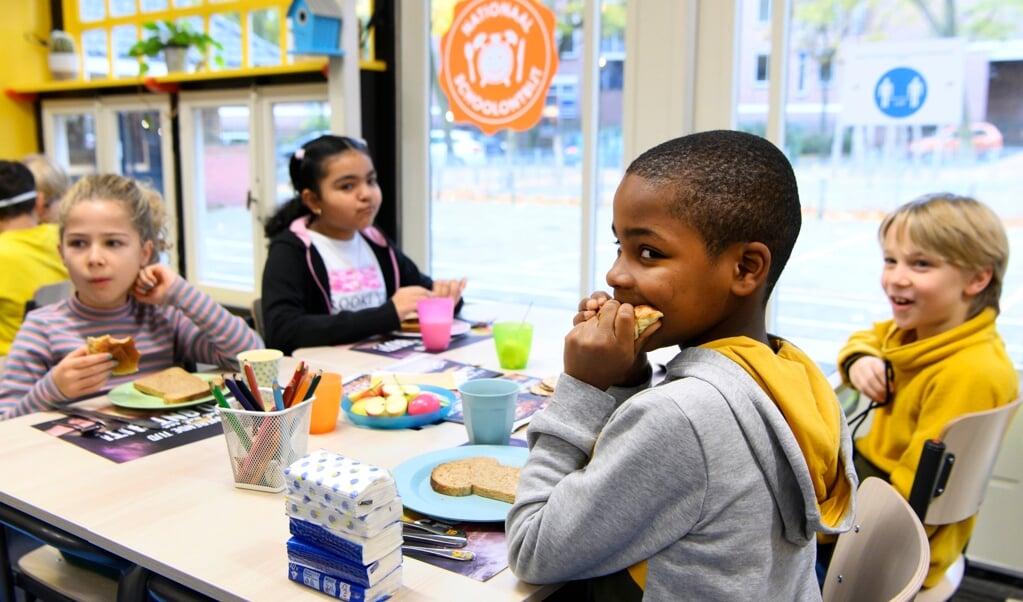 Het Nationaal Schoolontbijt op een basisschool in Hilversum, november 2020. 'In een gezonde samenleving mag niemand zich buitengesloten voelen', schrijft de Haagse onderwijswethouder Hilbert Bredemeijer.  (beeld anp / Olaf Kraak)