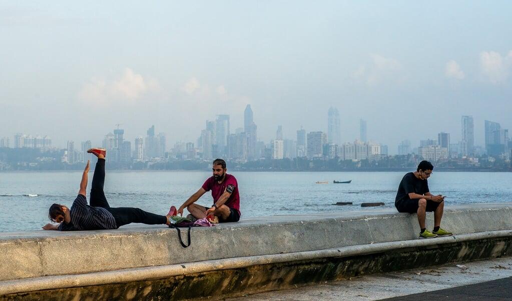 Inwoners van de Indiase havenstad Mumbai doen yogaoefeningen, september 2020. Een Indiaas kerkverband oordeelde dat yoga, hoewel het 'positieve effecten' kan hebben, een christen nooit tot een diepere relatie met God kan brengen.  (beeld afp / Jewel Samad)