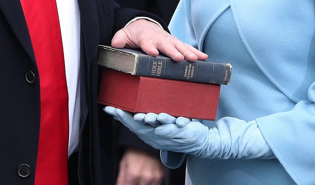 President Donald J. Trump legt op 20 januari 2017 de eed af op de Bijbel tijdens zijn inauguratie als 45e president van de Verenigde Staten.  (beeld Epa/justin Lane)