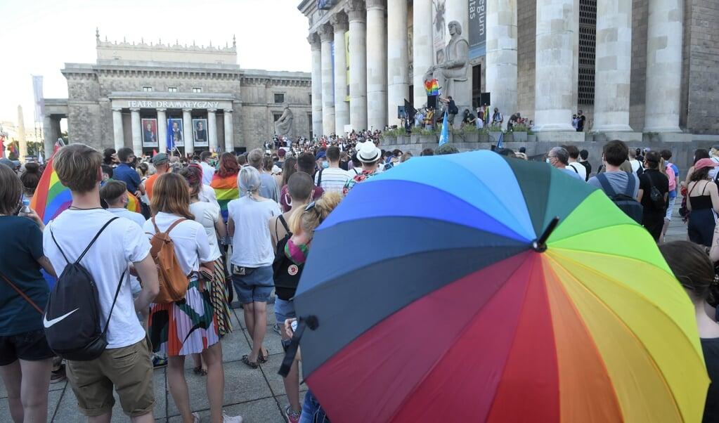 Demonstratie afgelopen zomer in Warschau onder het motto 'You never walk alone! Solidariteit tegen queerfobie', om solidariteit te betuigen met de LHBT-gemeenschap in Polen, na de arrestatie van een LHBT-activist.  (beeld Epa/radek Pietruszka )