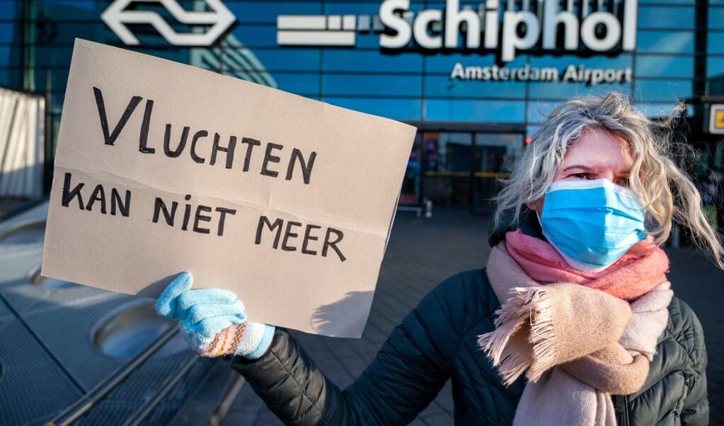Een protestactie van de internationaal opererende actiegroep Extinction Rebellion bij luchthaven Schiphol, december 2020. Het Europees parlement heeft in een klimaatwet vastgesteld de handel in emissierechten, bedoeld om de uitstoot van broeikasgassen terug te dringen, uit te breiden tot de lucht- en scheepvaart.  (beeld anp / Evert Elzinga)