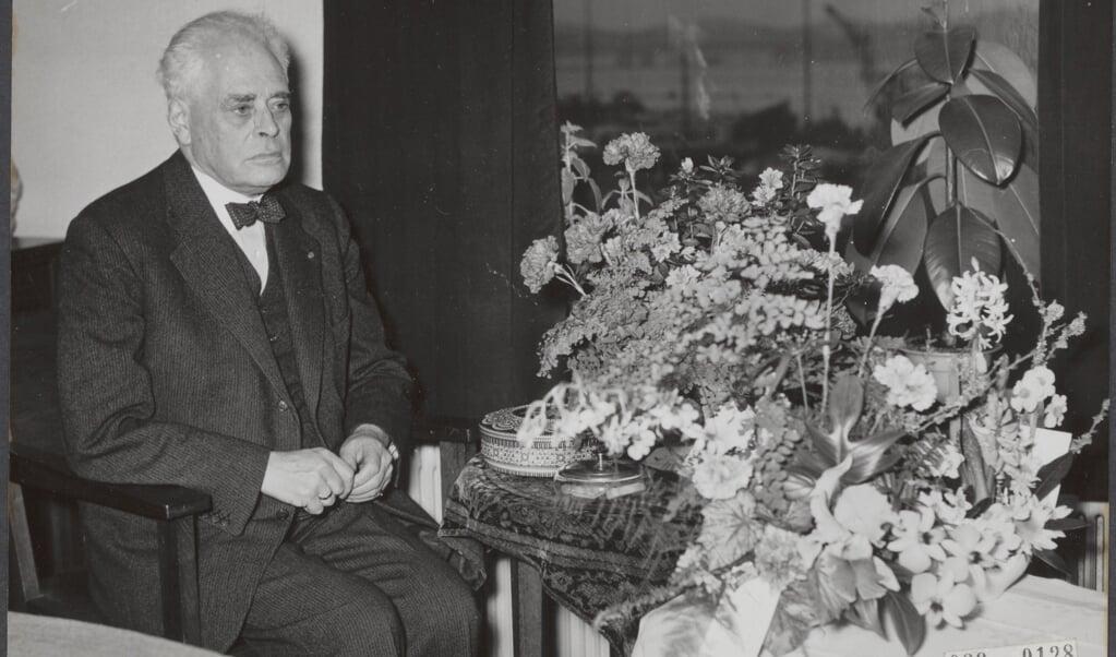 VVD-leider Pieter Oud viert op 5 december 1956 zijn zeventigste verjaardag.  (beeld Nationaal Archief )