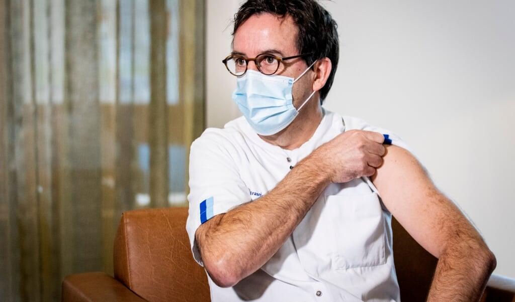 2021-01-06 14:02:29 ROTTERDAM - Afdelingshoofd IC Diederik Gommers van Erasmus MC stroopt zijn mouw omhoog om een vaccin te krijgen van IC-Verpleegkundige Tom Burggraaf. Verleners van acute zorg, zoals ambulancepersoneel en IC-medewerkers worden in diverse ziekenhuizen geprikt tegen het coronavirus. ANP SEM VAN DER WAL  (beeld anp / sem van der wal)