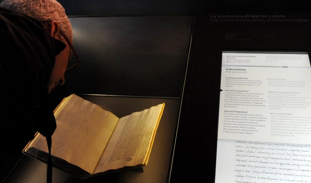 Een kopie van de excommunicatiebul zoals die zich in de Vaticaanse archieven bevindt. Maarten Luther verbrandde het origineel.   (afp / Tiziana Fabi)