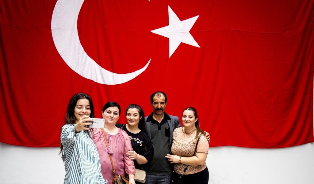 Met steun aan jihadisme en salafisme zou de Turkse president Erdogan een groot deel van de Turkse jeugd in Nederland van zich vervreemden. Hier Turkse Nederlanders die hun stem hebben uitgebracht bij de presidents- en parlementsverkiezingen van 2018.  (beeld anp / Jerry Lampen)