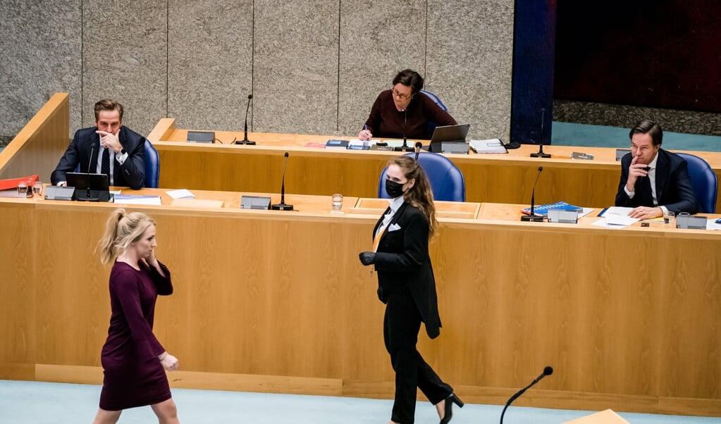 Lilian Marijnissen (SP) loopt na haar openingsbijdrage langs de demissionaire ministers Rutte, De Jonge en Van Ark.  (beeld anp / Bart Maat)