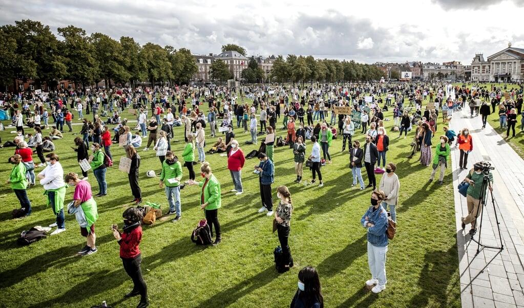 Demonstratie in Amsterdam om vluchtelingen uit Griekenland op te vangen.  (beeld anp / Remko de Waal)