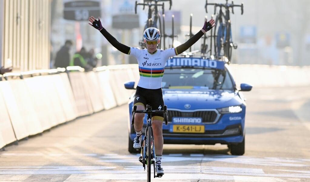 Anna van der Breggen wint de Omloop het Nieuwsblad  (beeld afp / David Stockman)