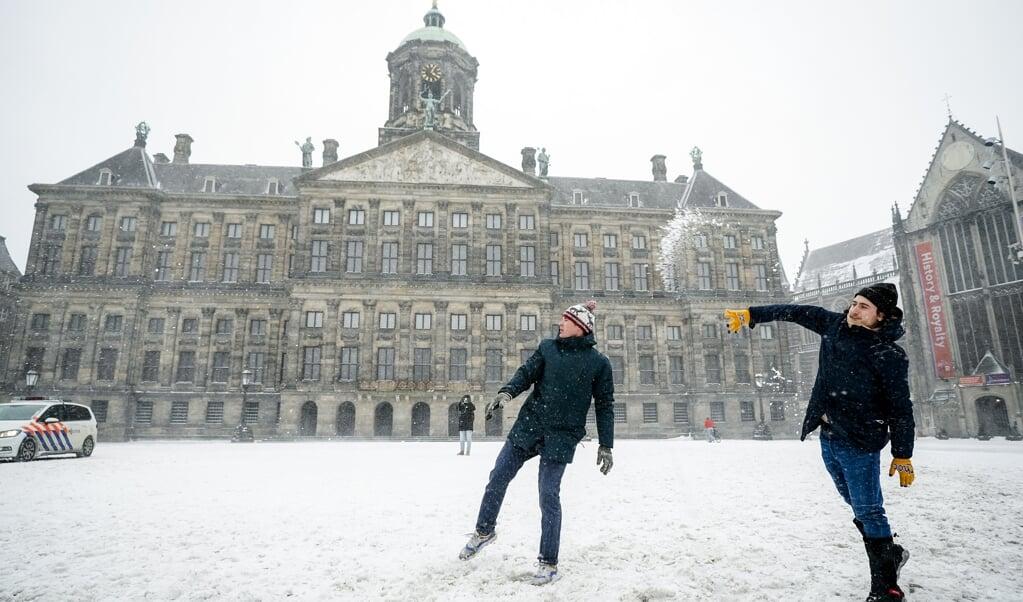 Sneeuwballen gooien op de Dam in Amsterdam.  (beeld anp / Jeroen Jumelet)