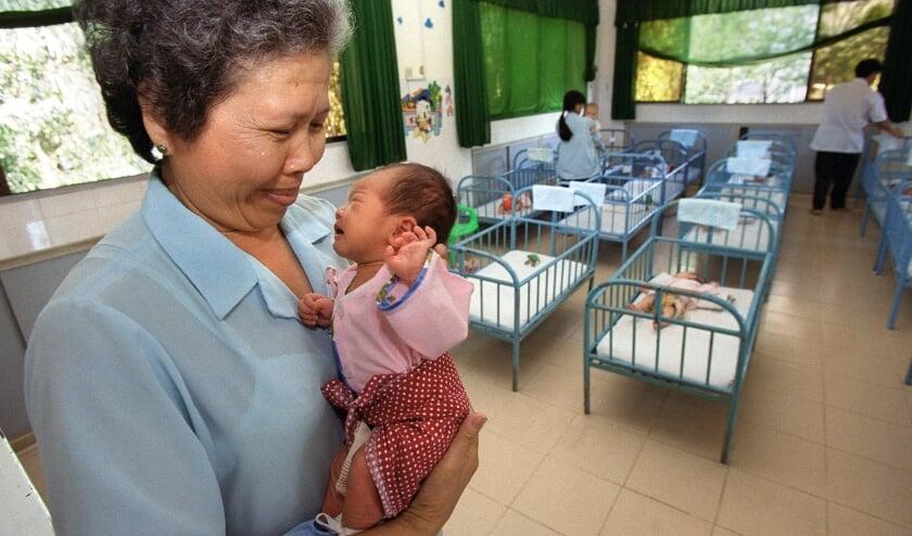 Er zijn veel misstanden in de wereld van adoptie, blijkt uit onderzoek.   (beeld afp / Hoang Dinh nam )