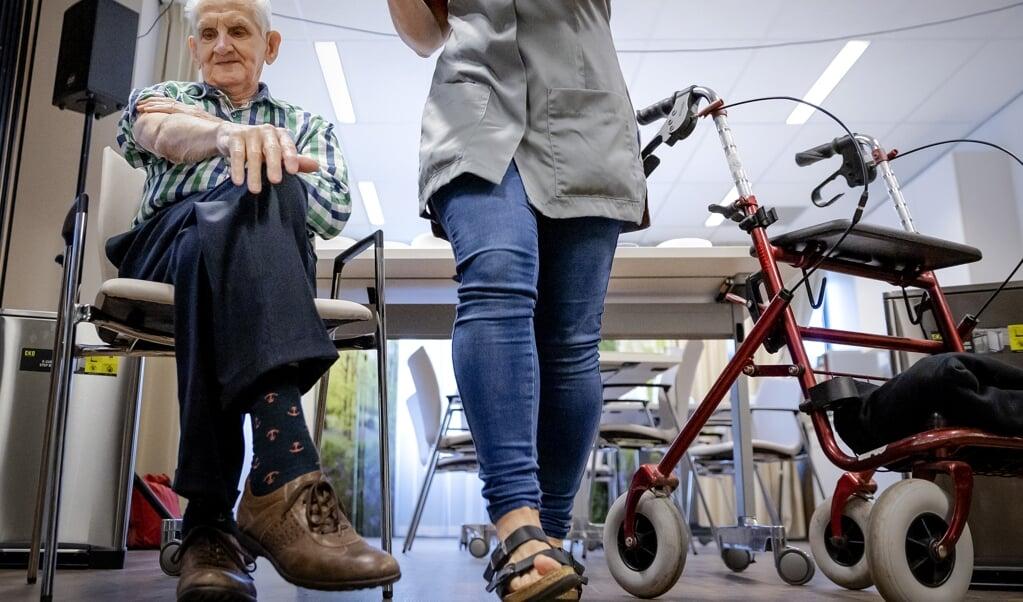 Het aantal besmettingen in verpleeghuizen lijkt te dalen, maar verpleeghuisorganisaties zijn voorzichtig met versoepelingen.  (beeld anp / Robin van Lonkhuijsen)