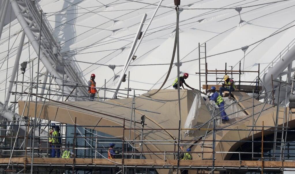 Arbeidsmigranten bij de bouw van het Khalifa stadion.  (beeld afp)