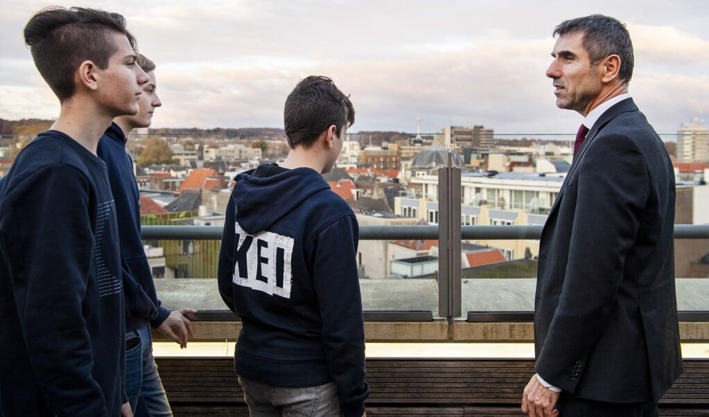 November 2018 bezocht staatssecretaris Paul Blokhuis (r.) het cultureel centrum Rozet Arnhem, waar leerlingen van de christelijke middelbare school Guido hun maatschappelijke diensttijd vervullen.   (beeld anp / Piroschka van de Wouw)