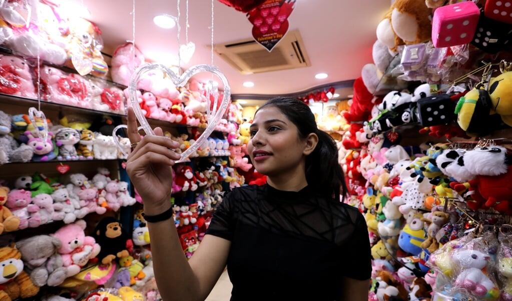 Valentijnsdag wordt inmiddels zo ongeveer over de hele wereld gevierd. Deze winkel is in Bhopal, India.  (beeld epa / Sanjeev Gupta)