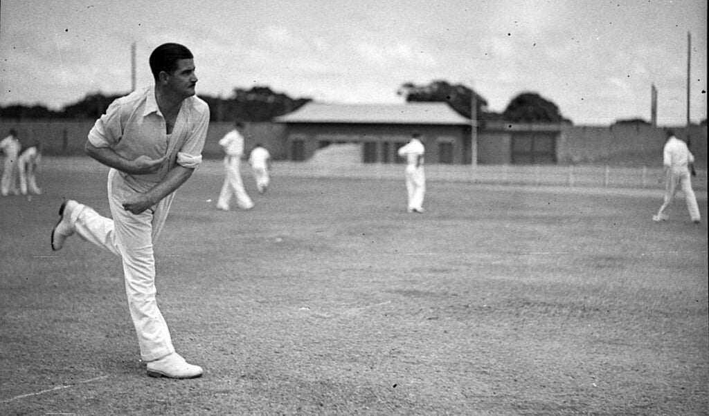 'Chuck' Fleetwood-Smith in actie, 19 februari 1938.  (beeld state library of new south wales / Sam Hood)