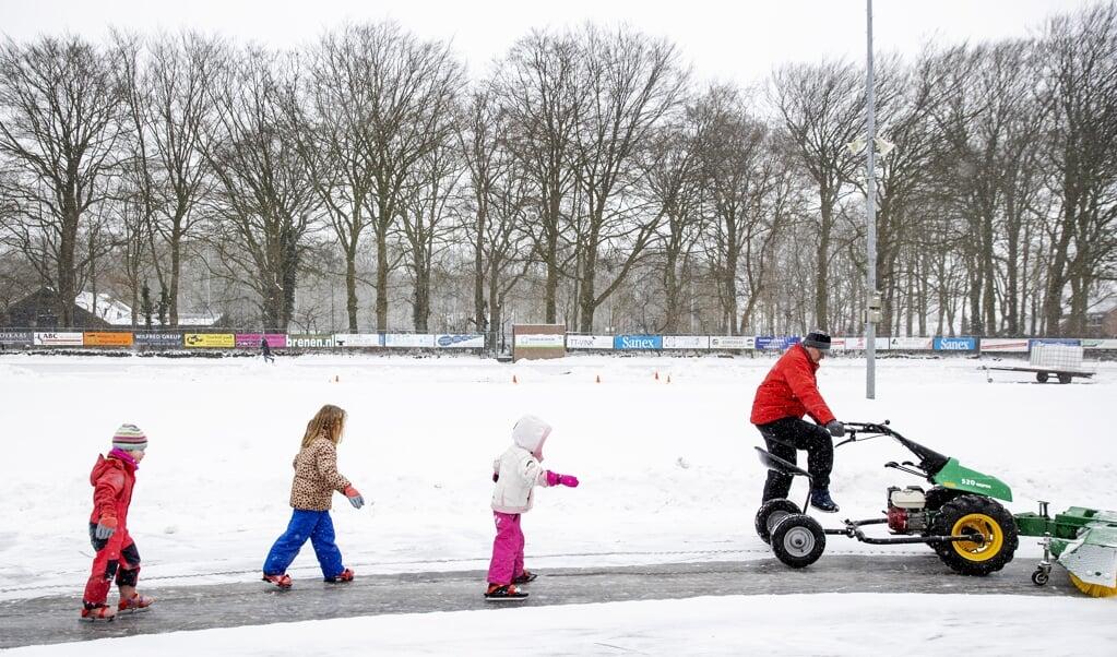Jeugdleden van de de Doornsche IJsclub konden maandag het ijs op.  (beeld anp / Robin van Lonkhuijsen)