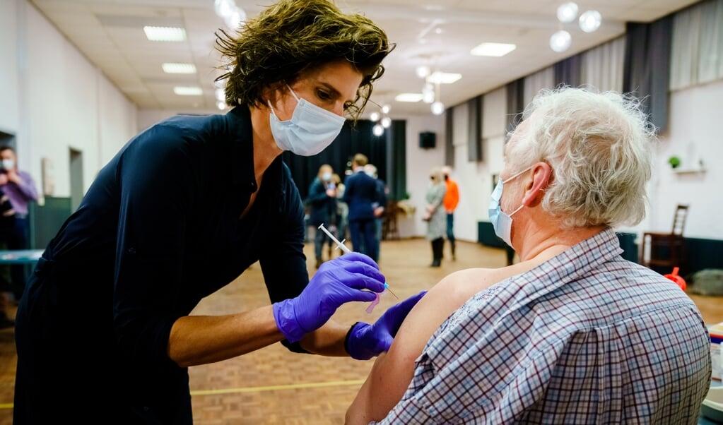Een anti-coronavaccinatie. De personen op de foto zijn niet degenen over wie het artikel gaat.  (beeld anp / Marco de Swart)