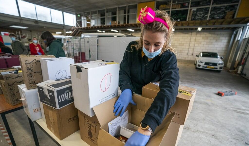 Een vrijwilliger bij de voedselbank in Utrecht-Oost. Het aantal Nederlanders met een laag inkomen dreigt verder op te lopen.  (beeld anp / Jeroen Jumelet)