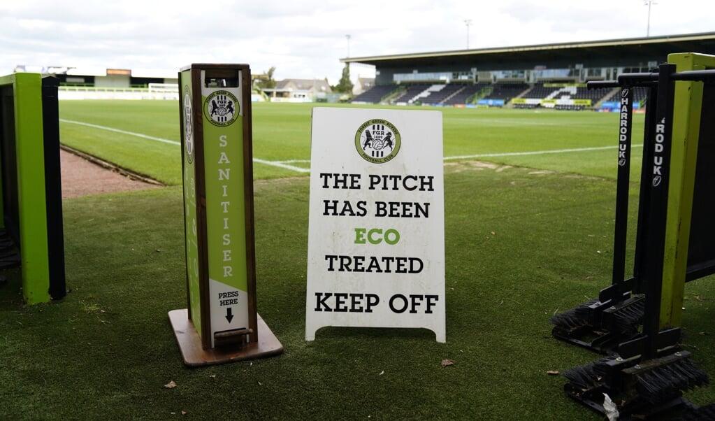 De geur van het stadion van Forest Green Rovers wordt, dankzij de koeienmest, omschreven als 'levendig'.  (beeld epa / Will Oliver)